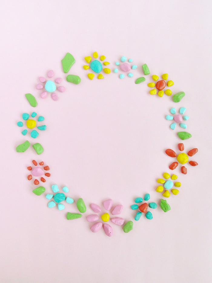 Kranz aus kleinen bunten Steinen in Form von Blumen, coole DIY Idee für Kinder