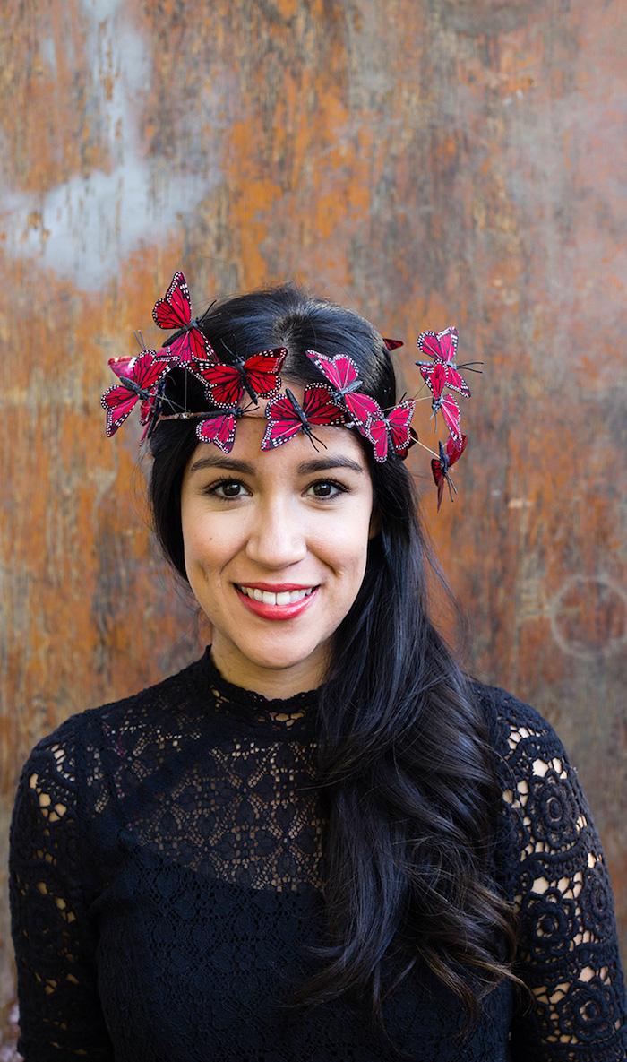 Selbstgemachter Haarkranz mit roten Schmetterlingen, Frau mit langen schwarzen Haaren