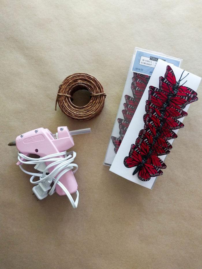 Haarkranz selber machen, Materialien dazu, rote Deko-Schmetterlinge, Heißklebepistole und Schnur