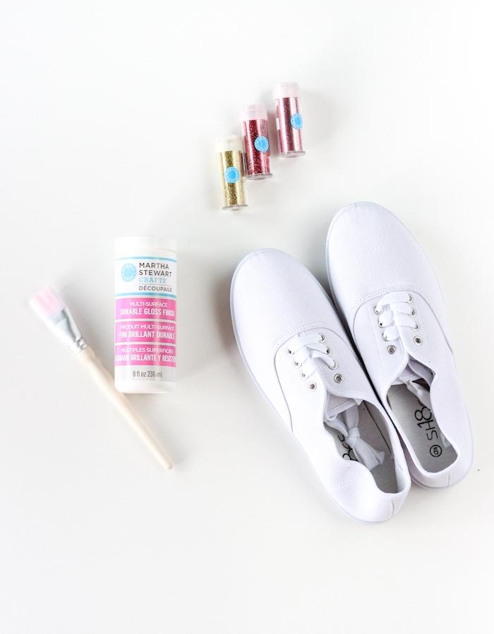 Schlichte weiße Snicker selber dekorieren, Materialien dazu, mit Glitter bestreuen, DIY Geschenkidee