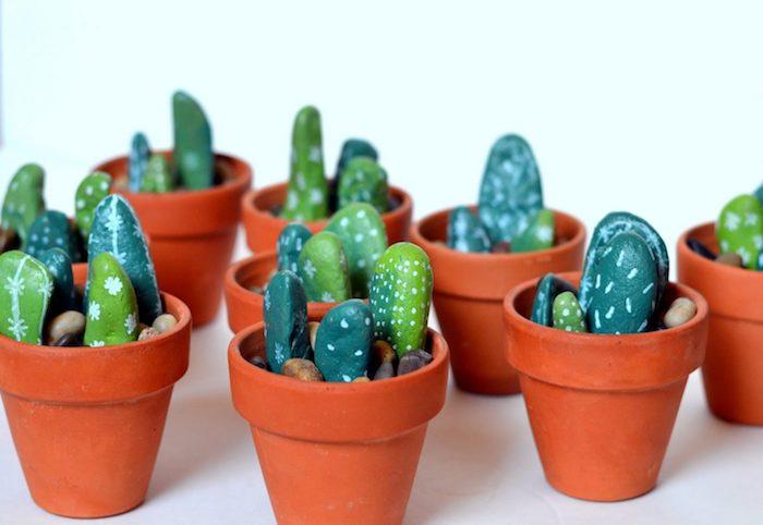 Kakteen Steine in kleinen Blumentöpfen, DIY Deko Idee für Zuhause