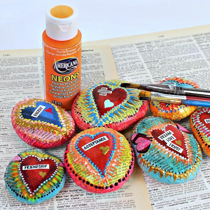 Steine mit Zeitungspapier dekorieren, Herzen zeichnen, schönes DIY Geschenk