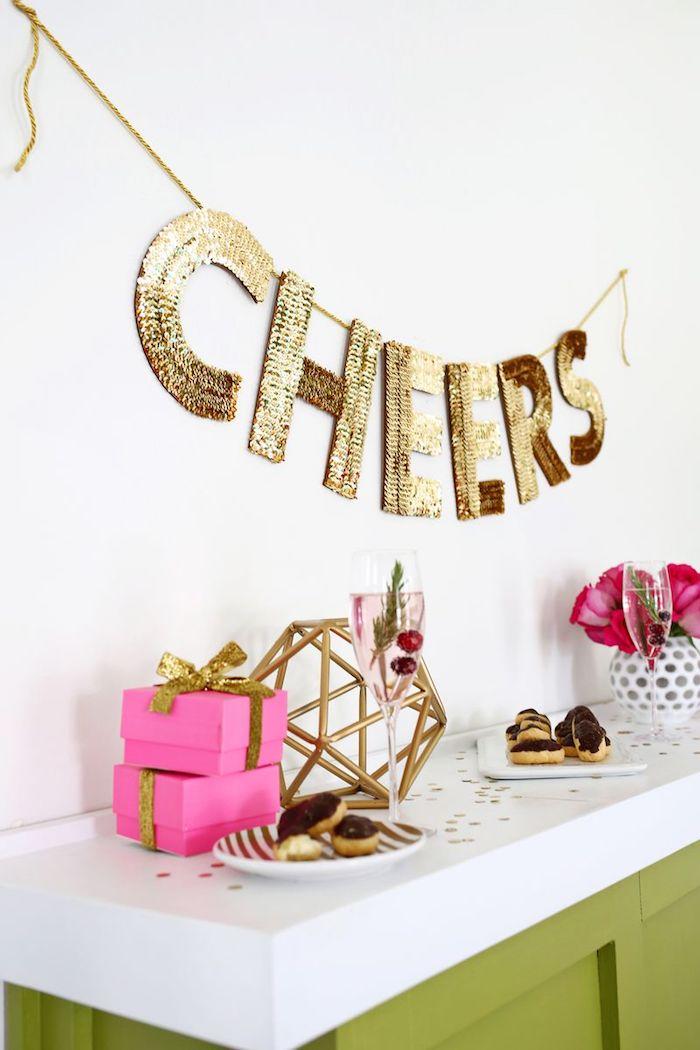 kreatives gestalten die schönsten ideen zum selbermachen, große buchstaben dekoriert mit goldenen pailetten