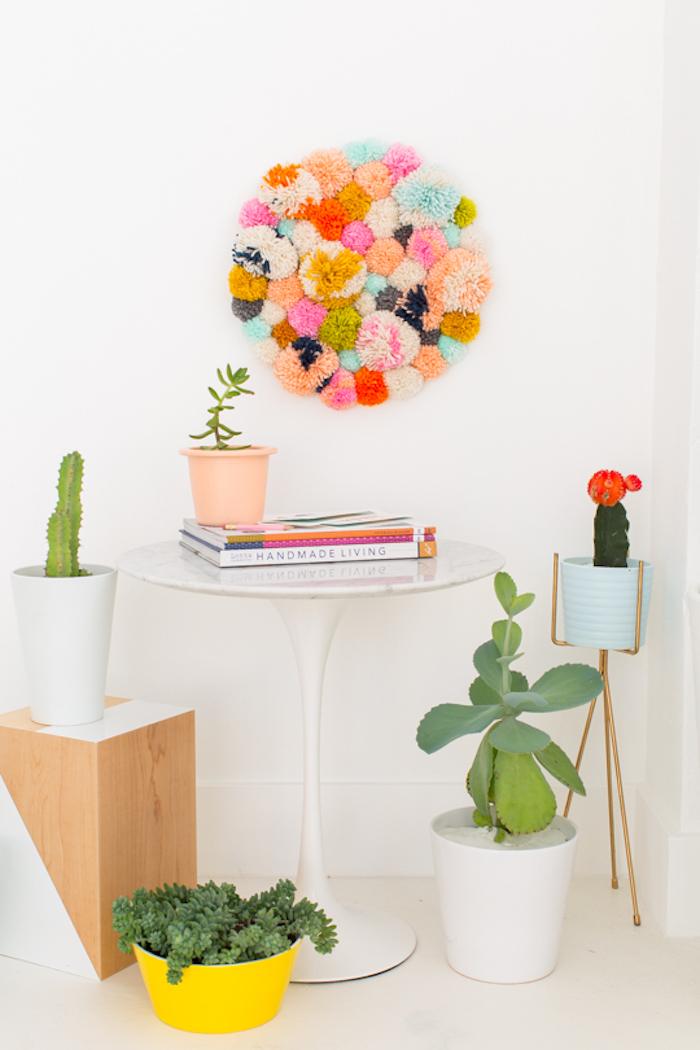 kreatives gestalten die schönsten ideen zum selbermachen, runde wanddeko aus holzplatte und bommeln