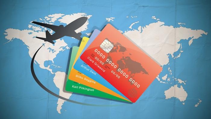 ein schwarzes flugzeug und eine weltcarte und creditcards