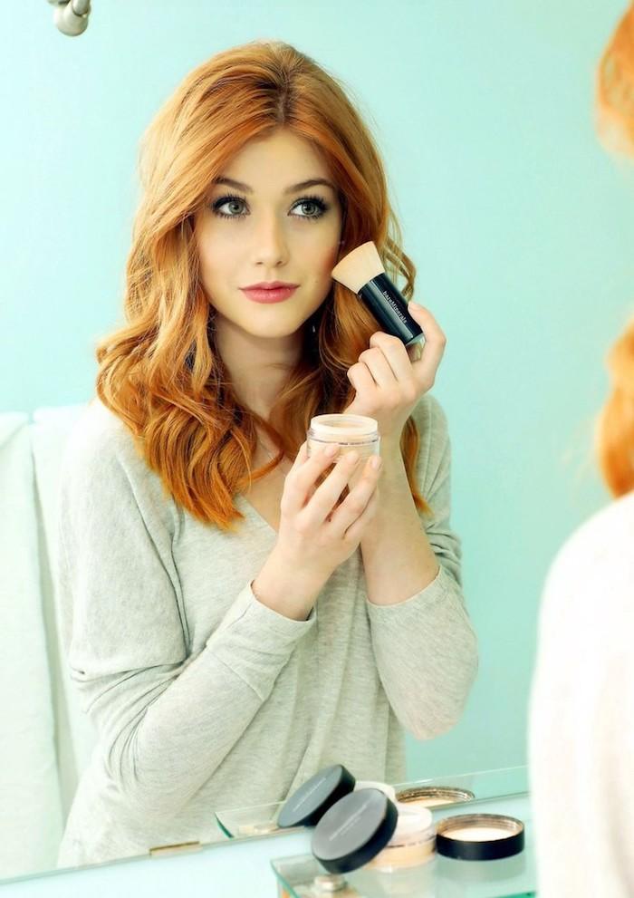 Katherine McNamara Haarfarbe Kupfer, heller Hautteint, Rouge auftragen, zarter Lippenstift
