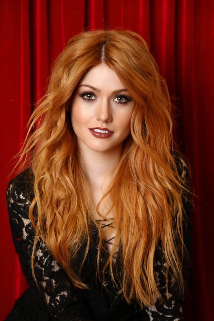 Katherine McNamara Haarfarbe Kupfer, lange wellige Haare mit Mittelscheitel, dunkler Lippenstift und Smokey Eyes
