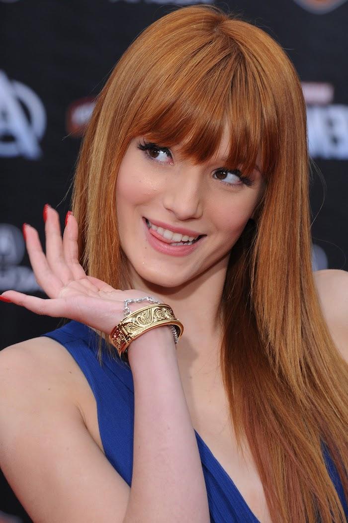 Lange glatte Haare mit geradem Pony, Haarfarbe Kupfer, dunkelblaues Kleid
