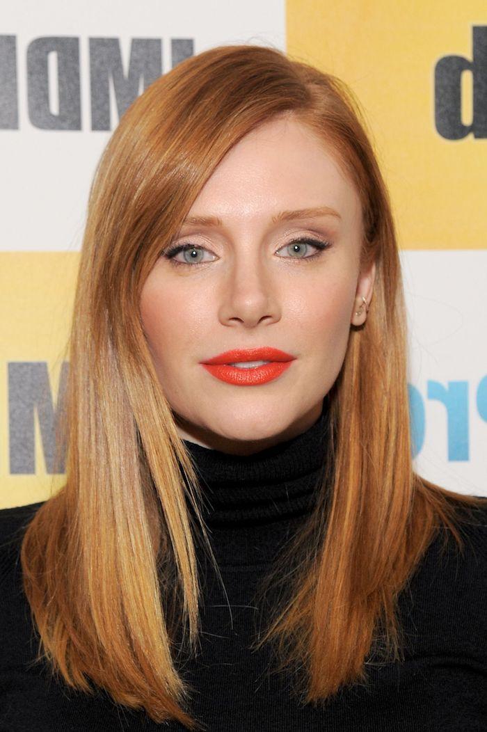 Kupferfarbene glatte mittellange Haare, roter Lippenstift und schwarzer Eyelinier