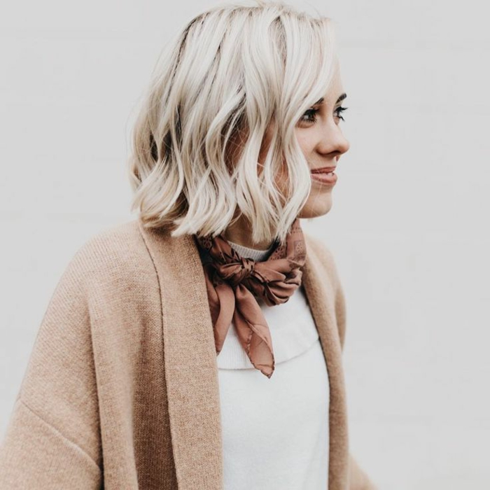 schulterlange Haare, blonde Haare, weiße Bluse, ein roter Schal, rosa Mantel, moderne Frisuren