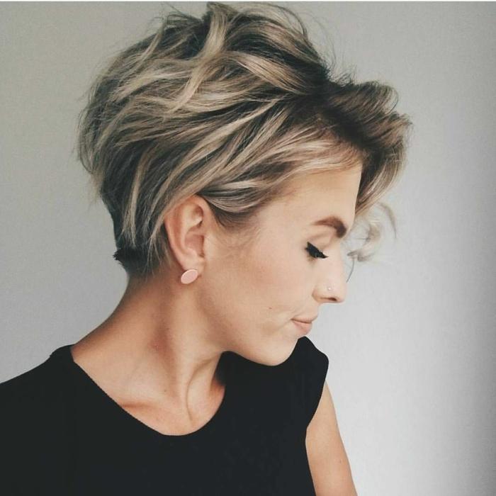 graue Haare und blonde Highlights, kurze Haare, moderne Frisuren, rosa Ohrringe, schwarze Bluse