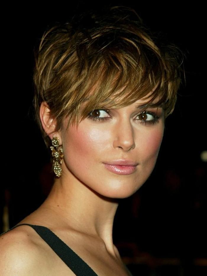 Nataly Portman mit kurzer Haarfrisur, Seitenscheitel, lange Ohrringe, Lippen mit rosa Lippenstift