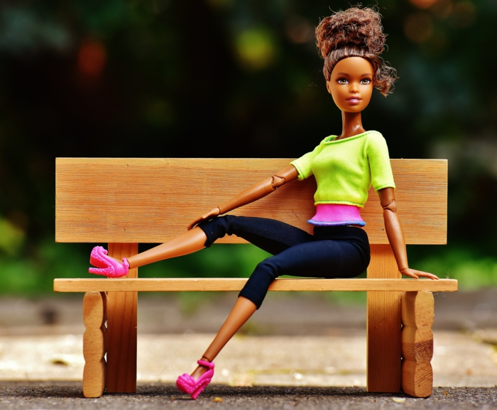 frisuren feines haar, eine barbie sitzt auf dem bank, sportlich angezogen, rosarote absatzschuhe, nur puppen sind perfekt