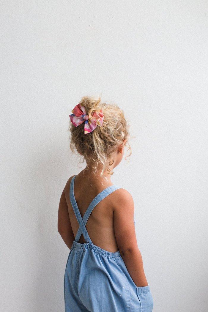 Lässige alltägliche Frisur für Mädchen, mit bunter Schleife, blauer Jumpsuit für den Sommer