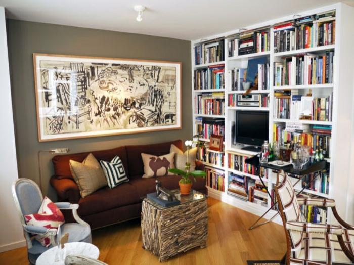 kleine räume selber einrichten, deko wohnzimmer, doppelsofa in braun, großes bild darüber, kaffeetisch, großes bücherregal