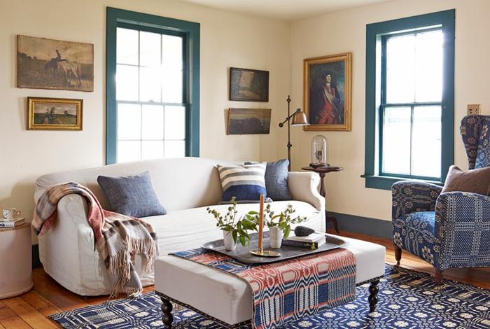wohnzimmer deko ideen, beiges sofa mit blauen dekorationen, kissen, tischdecke blau und rot, sessel in blau