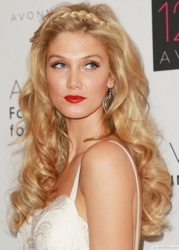 eine blonde Printessin mit Zopf wie Krone, lange wellige Haare, große silberne Ohrringe