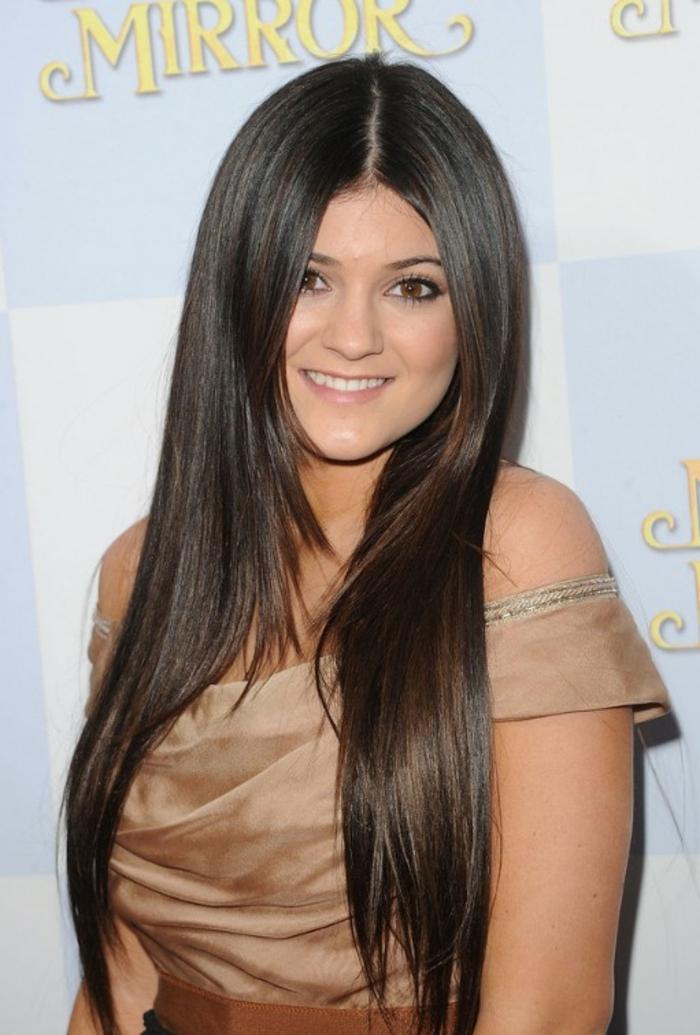 lange glatte dunkelbraune Haare, braune Augen und hellbraunes Kleid, moderne Frisuren
