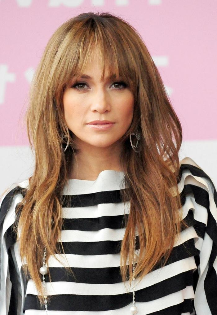 Jennifer Lopez, lange braune Haare mit blonden Akzenten, runde Ohrringe, karrierte Bluse, moderne Frisuren