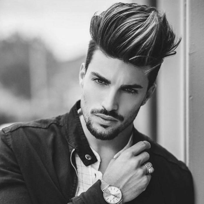 ein cooler Typ, ein langer Pony nach oben steckend, eine große Frisur, Trendfrisuren 2017 Männer