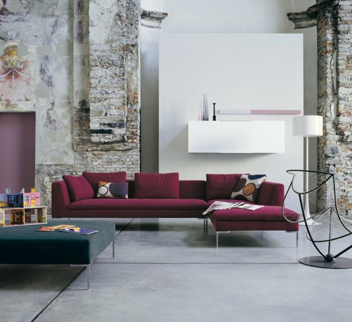 ein Bordeauxrot Sofa, welche Farbe passt zu Bordeauxrot, weiße Wände im Altbau