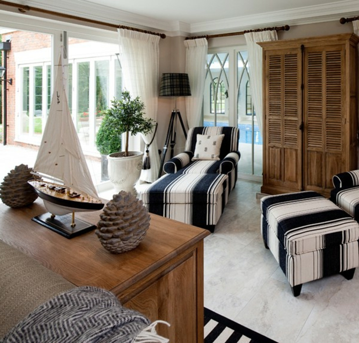 wohnzimmer ideen modern, zwei große liegesessel, lesesessel, maritime deko idee, schrank aus holz