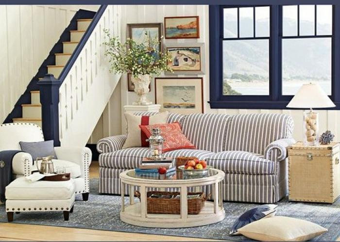 in beige und blau wohnzimmer ideen modern, treppe zum nächsten stock, runder kleiner tisch sofa für drei