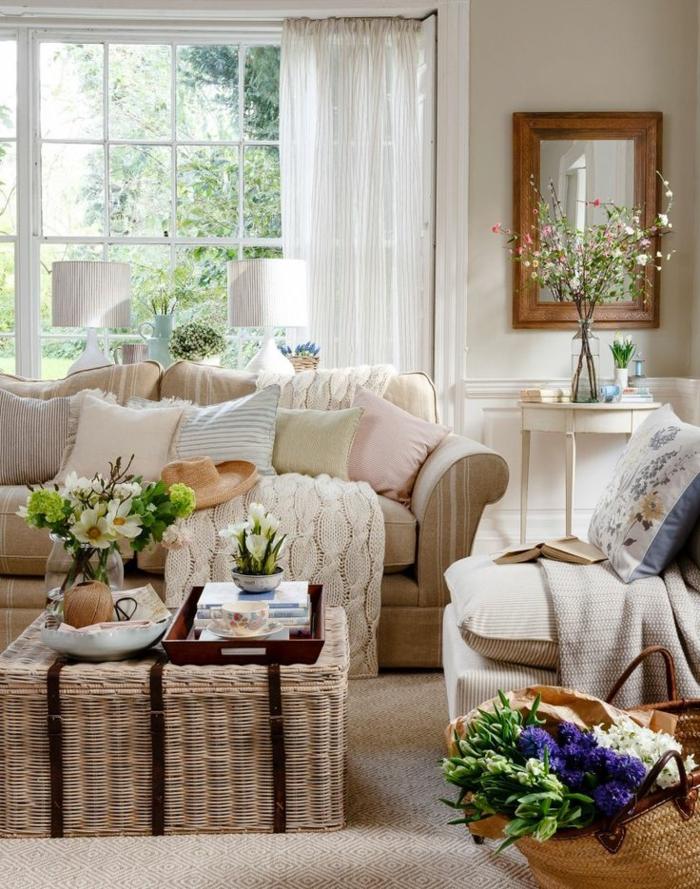 wohnzimmer deko ideen zum entlehnen, korb als tisch, blumen in vasen, gestrickte decke, sofa mit kissen