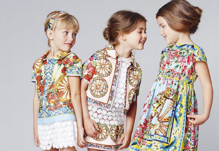 Kinderfrisuren für besondere Anlässe, für lange und mittellange Haare, bunte Outfits für Mädchen