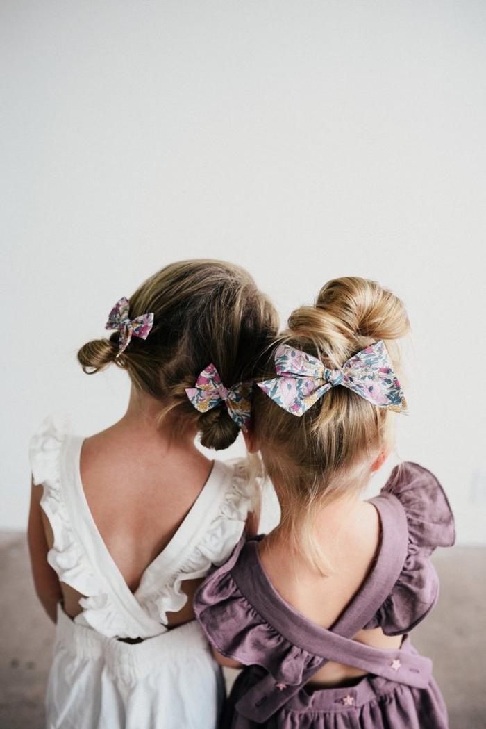 Double Bun und Messy Dutt, lange Haare, bunte Schleifen, Sommerkleider in Lila und Weiß