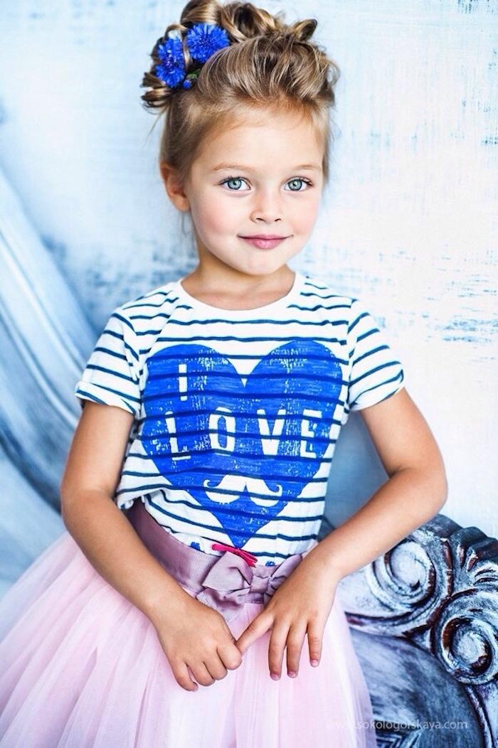 Hochsteckfrisur für lange Haare, blaue Blumen im Haar, gestreiftes Shirt und rosafarbener Tüllrock