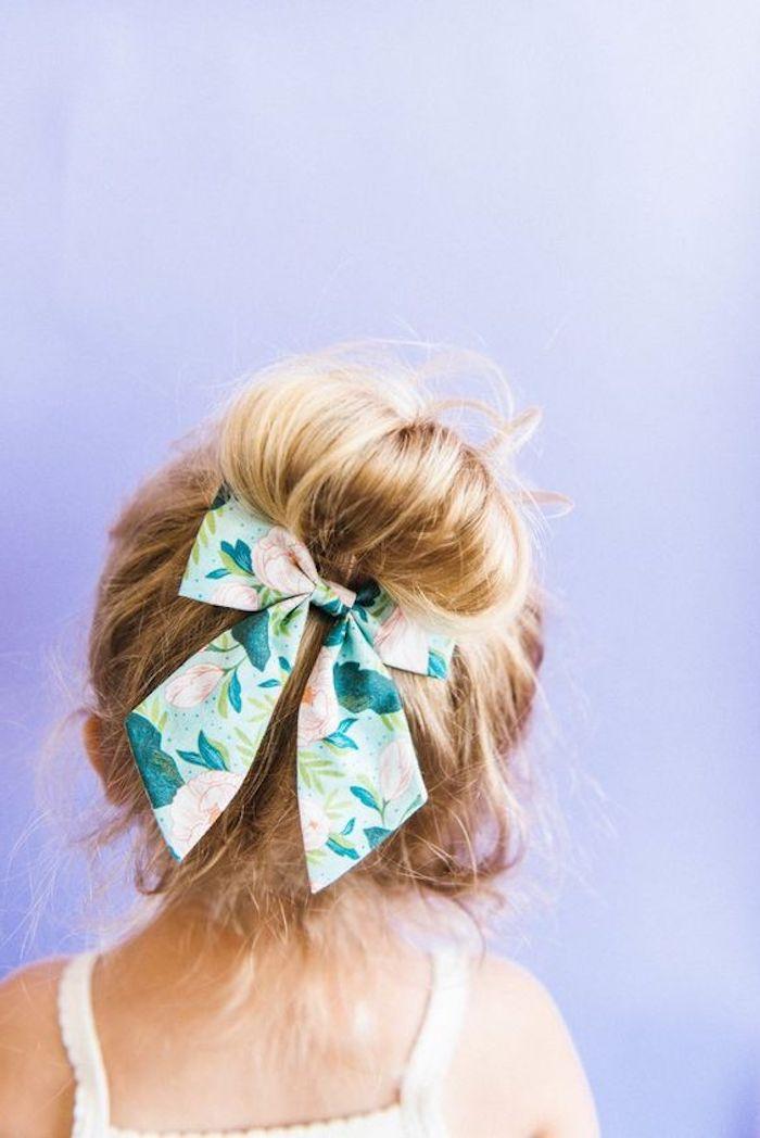 Messy Dutt mit großer Schleife mit Blumenmuster, lange blonde Haare, weißes Kleid, Frisuren für Kinder