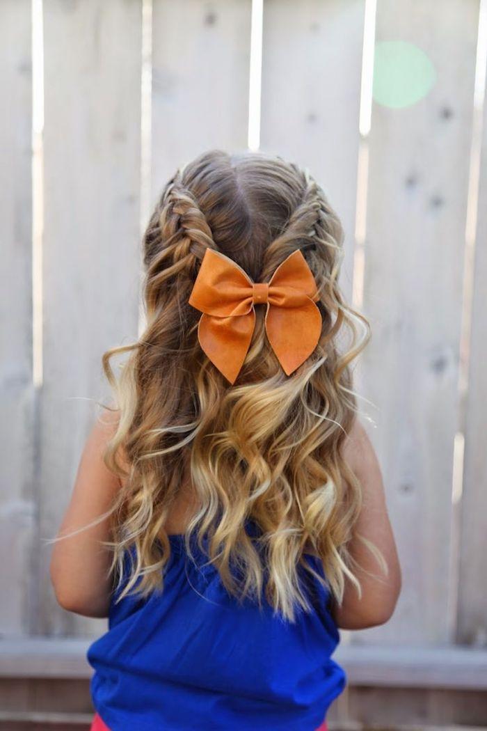 Halboffene wellige Haare, große Schleife, dunkelblaues Top, Hochzeitsfrisuren und Kleider für Kinder
