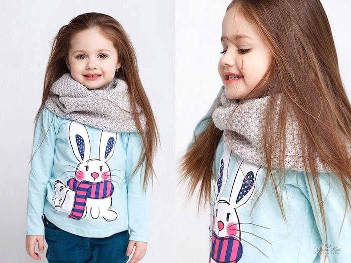 Lange glatte Haare, hellblaue Bluse mit Hase, grauer gestrickter Schal, tolle Outfits und Frisuren für Mädchen