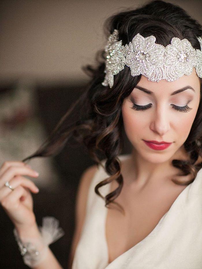 make up tipps für frauen mit braunen augen, großer haarschmuck mit kristallen, retro look