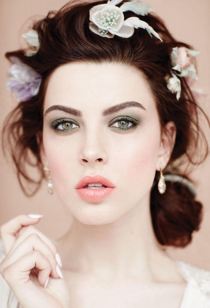 make up tipps für frauen mit grünen augen, blumen im haar, lässige dutt frisur
