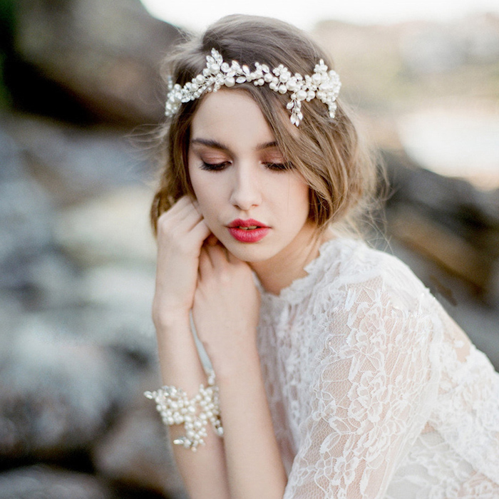 make up tipps, kopfband mit perlen, make up in rose gold, boho hochzeitskleid mit langen ärmeln