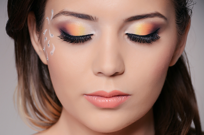 make up tipps für blaue augen, orangenfarbene lidschatten, sommer hochzeit, strassteinchen