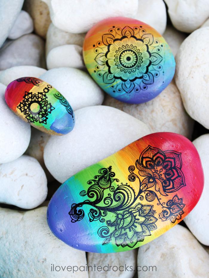 Mandala Steine, Mandala Blume mit schwarzer Farbe zeichnen, Regenbogen Steine