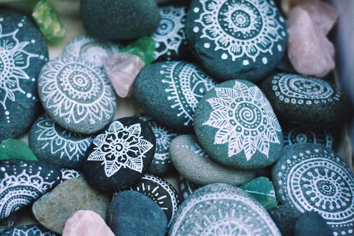 Schöne Mandala Steine, mit weißer Farbe dekorieren, DIY Deko für Zuhause