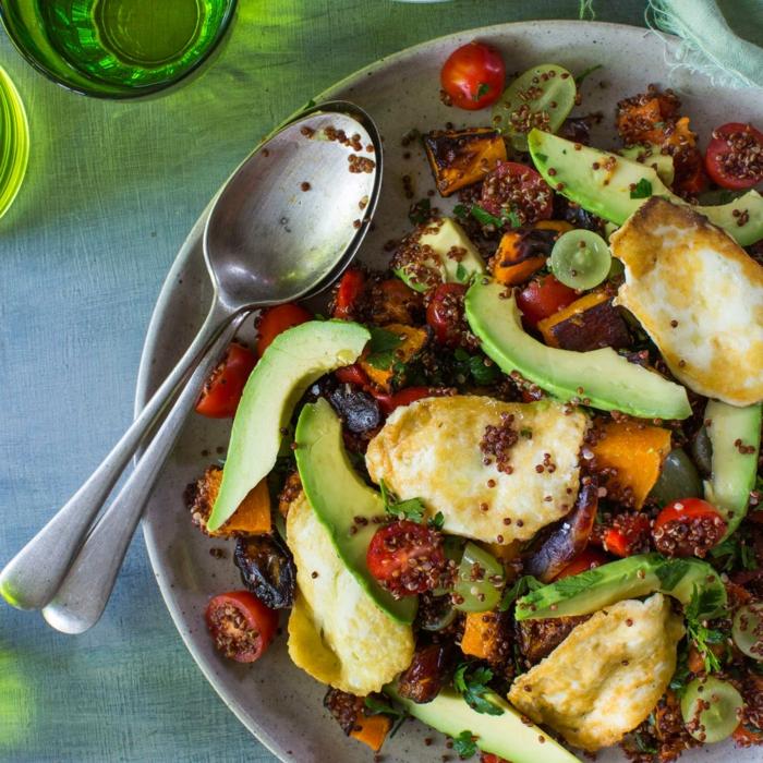 gebratene Eier, Chia, kleine Stücke Trazbe, Kirschtomaten, Avocado Rezepte Salat