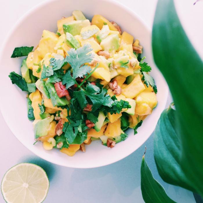 Avocado Mango Salat, Petersilie und Paprika, Walnüsse, Limetten Saft als Dressing
