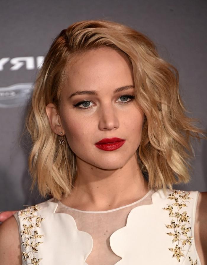 Jennifer Lawrence, schulterlange blonde Haare, moderne Frisuren, roter Lippenstift, blaue Augen, weißes Kleid