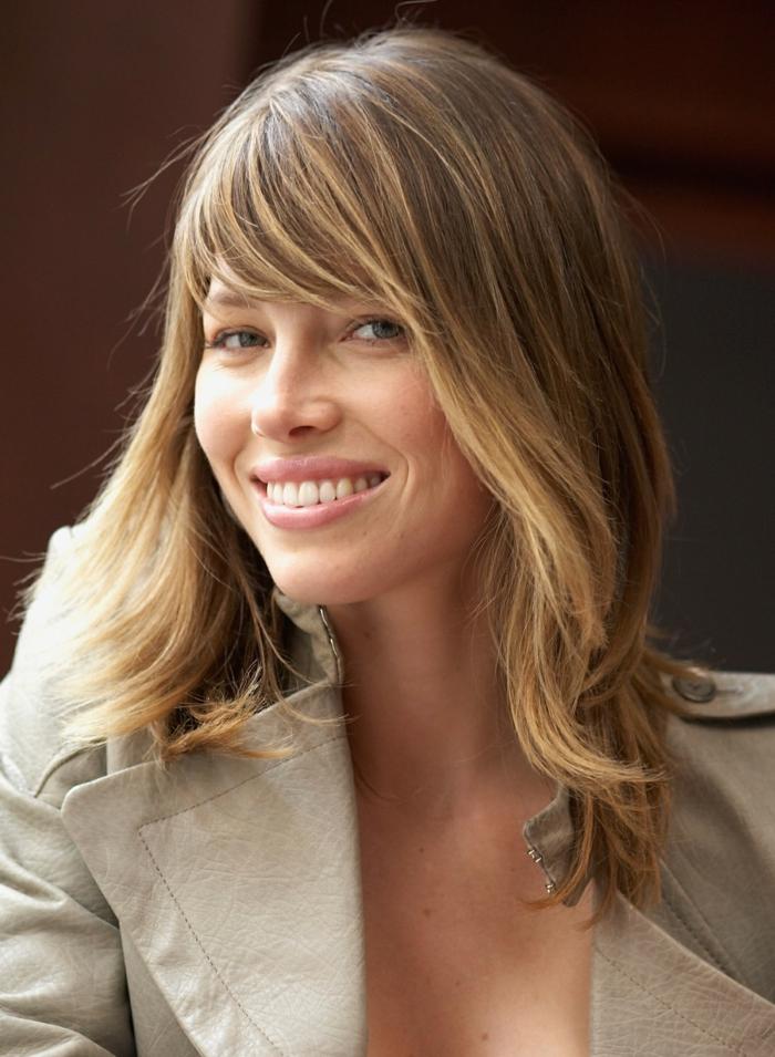 Jessica Biel, braune Haare mit blonden Strähnen, schulterlange Haare, stufige Frisur mit Pony, moderne Frisuren
