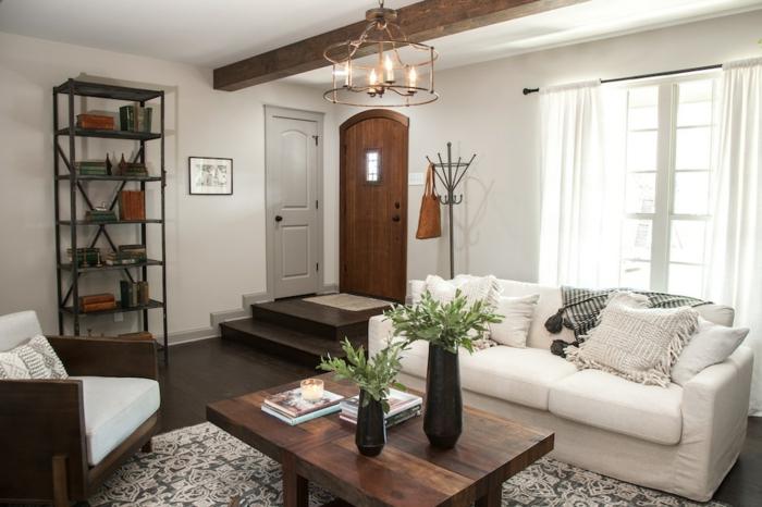 wohnzimmer ideen modern, sofa in weiß, holztisch, blumen in vasen, regal eng und hoch