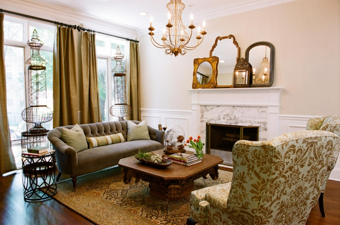 wohnzimmer ideen modern, tisch am kamin ein sessel und ein sofa auf den beiden seiten des tisches, große fenster, spiegel über dem kamin