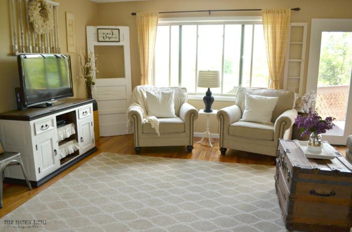 landhausmöbel wohnzimmer, teppich im mittelpunkt vom zimmer, viel freier platz zum spielen und fernsehen, zwei sessel in farbe champagner