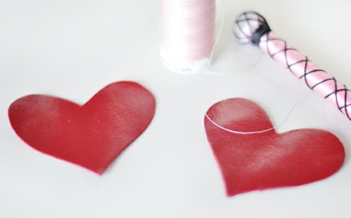 zwei Teile des Herzens, weißer Fäden, Schlüsselanhänger selber machen