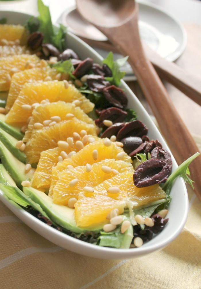 Oliven, Mandarinen, Avocado, Avocado Rezepte Salat, kleine grüne Stücke als Dekoration