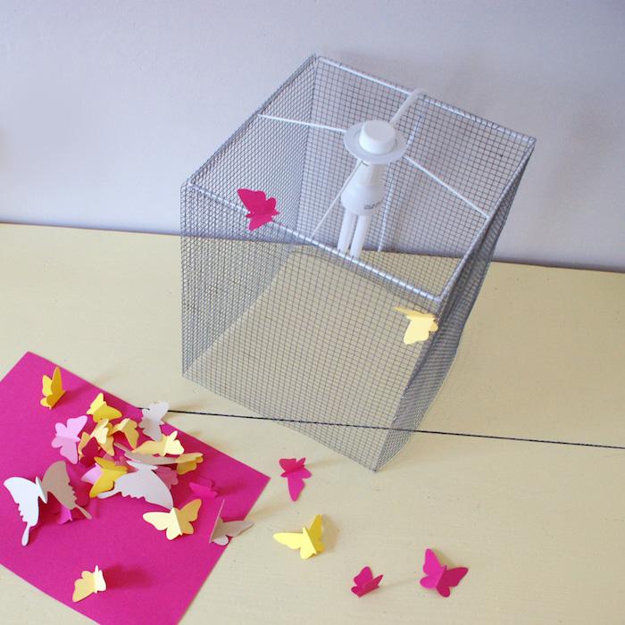 Selbstgemachte Nachttischlampe mit kleinen Schmetterlingen aus Papier dekorieren